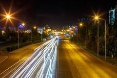 El Mangilik大道 晚上雨雪业务量 阿斯塔纳卡扎克斯坦 免版税库存图片