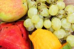 El mango con la uva verde con la sandía y la manzana da fruto Foto de archivo