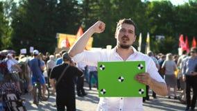 El manifestante agita y expresa emocionalmente su opinión 4K Gente de la protesta almacen de video