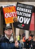El manifestante con el cartel en la Gran Bretaña ahora está roto/de la elección general demonstratio en Londres fotografía de archivo