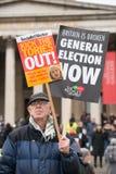 El manifestante con el cartel en la Gran Bretaña ahora está roto/de la elección general demonstratio en Londres foto de archivo