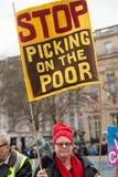 El manifestante con el cartel en la Gran Bretaña ahora está roto/de la elección general demonstratio en Londres fotos de archivo libres de regalías