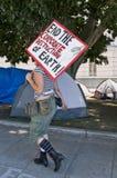 El manifestante femenino lleva la muestra en ocupa L.A. Fotografía de archivo