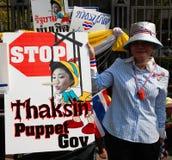 El manifestante muestra la placa anti del gobierno de Yingluck Fotografía de archivo