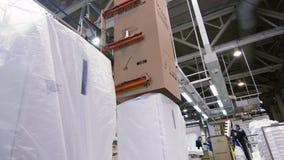 El manipulante pone la caja sobre el refrigerador casero bajo control del trabajador metrajes