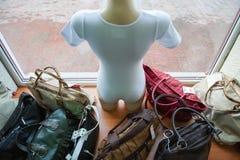 El maniquí está mirando afuera Cubierto con los bolsos imagen de archivo libre de regalías