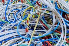 El manojo de alambres eléctricos de diversos colores mucho se entrelaza Fotos de archivo libres de regalías