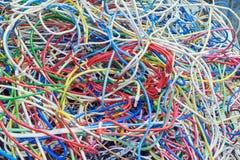 El manojo de alambres eléctricos de diversos colores mucho se entrelaza Fotos de archivo