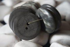 El manojo de botones grises implicados con el hilo en blanco empiedra el backgr imagenes de archivo