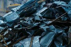 El manojo de chapa, pedazo de metal, desmontó la chapa de los pedazos del tejado viejo Imagenes de archivo