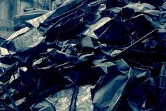 El manojo de chapa, pedazo de metal, desmontó la chapa de los pedazos del tejado viejo Imagen de archivo libre de regalías