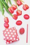 El manojo de flores cerca de la polca rosada punteó las actuales cajas Fotos de archivo libres de regalías