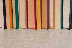 El manojo de libros está en la tabla gris, espacio vacío para el texto, pila de Imagenes de archivo