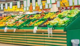 El manojo de manzanas da fruto los limones de las naranjas en las cajas en supermercado Imágenes de archivo libres de regalías