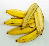 El manojo de plátanos así como uno cutted en el centro Foto de archivo