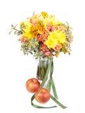 El manojo de primavera florece en un florero con la manzana aislada en b blanco Imagenes de archivo