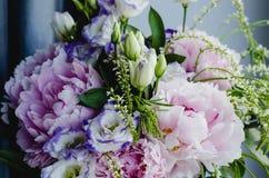 El manojo rico de peonías rosadas peonía y de rosas del eustoma de la lila florece Estilo rústico, aún vida Ramo fresco de la pri Fotografía de archivo libre de regalías