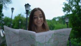 El mapa de mirada turístico de la muchacha en, encuentra con éxito manera a la atracción histórica almacen de video