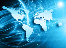 El mapa del mundo en un fondo tecnológico, brillando intensamente alinea los símbolos de Internet, de la radio, de la televisión, Imagenes de archivo