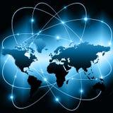 El mapa del mundo en un fondo tecnológico, brillando intensamente alinea los símbolos de Internet, de la radio, de la televisión, Fotografía de archivo libre de regalías