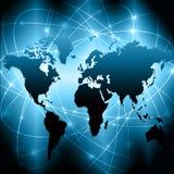 El mapa del mundo en un fondo tecnológico, brillando intensamente alinea los símbolos de Internet, de la radio, de la televisión, Foto de archivo libre de regalías