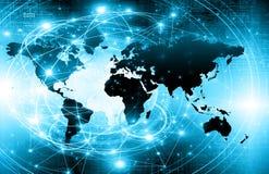 El mapa del mundo en un fondo tecnológico, brillando intensamente alinea los símbolos de Internet, de la radio, de la televisión, Fotografía de archivo