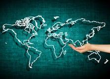El mapa del mundo en un fondo tecnológico, brillando intensamente alinea los símbolos de Internet, de la radio, de la televisión, Imagen de archivo
