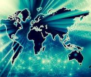 El mapa del mundo en un fondo tecnológico, brillando intensamente alinea los símbolos de Internet, de la radio, de la televisión, Fotos de archivo libres de regalías