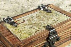 El mapa viejo en un pecho de madera encontró en la playa Imagenes de archivo