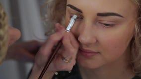 El maquillaje del profesional del artista de maquillaje metrajes