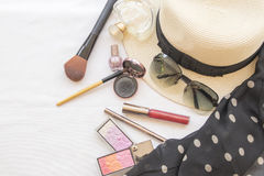 El maquillaje determinado de los cosméticos de la cara de la piel de la belleza y se prepara relaja el viaje de la mujer Imagenes de archivo