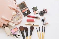 El maquillaje determinado de los cosméticos de la cara de la piel de la belleza y se prepara relaja viaje de la mujer colorida fotos de archivo
