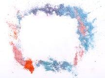 El maquillaje se ruboriza o sombreador de ojos de tonos rosados, azules y coralinos asperjado en el fondo blanco Foto de archivo