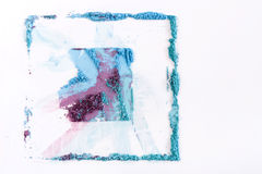 El maquillaje se ruboriza o sombreador de ojos de tonos rosados, azules y coralinos asperjado en el fondo blanco Fotos de archivo libres de regalías