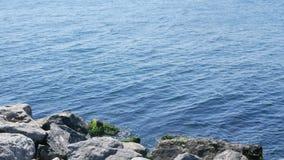 El mar agita el agua de la roca almacen de metraje de vídeo