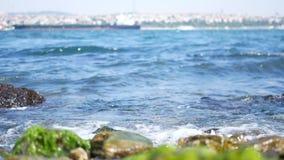 El mar agita el agua de la roca almacen de video
