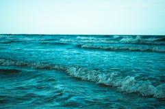 El mar agita con espuma Imágenes de archivo libres de regalías