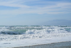 El mar agita con espuma en la orilla del parque nacional Cabo de Gata fotos de archivo