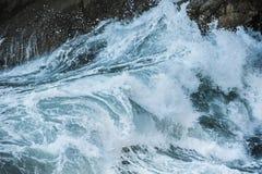 El mar agita durante una tormenta Imagenes de archivo