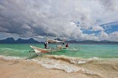 El mar agita el barco Imagen de archivo