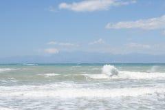 El mar agita en el sidari Corfú Grecia fotos de archivo