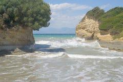 El mar agita en el sidari Corfú Grecia imagen de archivo