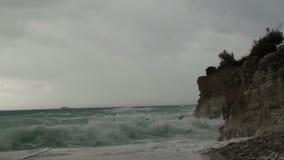 El mar agita en la orilla almacen de video
