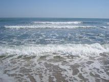 El mar agita en la orilla Fotografía de archivo libre de regalías