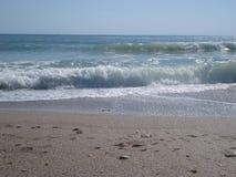 El mar agita en la orilla Fotografía de archivo