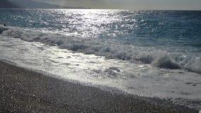El mar agita en la playa almacen de metraje de vídeo