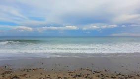 El mar agita en la playa de la arena