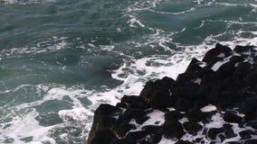 El mar agita en los rápidos almacen de video