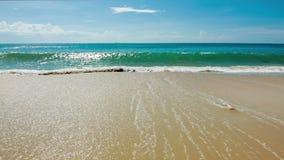 El mar agita en orilla con espuma almacen de metraje de vídeo