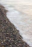 El mar agita en pequeñas rocas en la costa Imagen de archivo